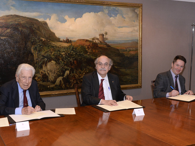 <em>Signing the agreement, from left to right: Dr. Pere Mir i Puig, Fundació Privada Cellex, Hon. Andreu Mas Colell, Government of Catalonia and Chairman of ICFO's Board of Trustees, and Prof. Dr. Ignacio Cirac</em>