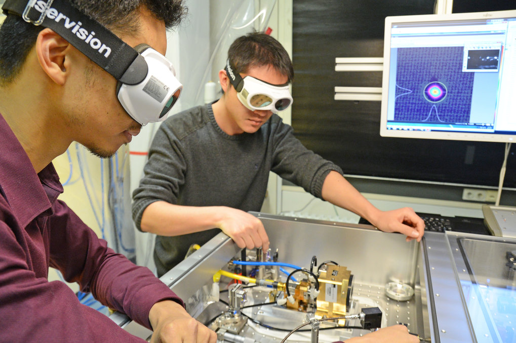 The lasersystem developed by the LMU physicists is the first one worldwide, that produces infrared light spanning over two octaves from 4500 nm to 20000 nm.
