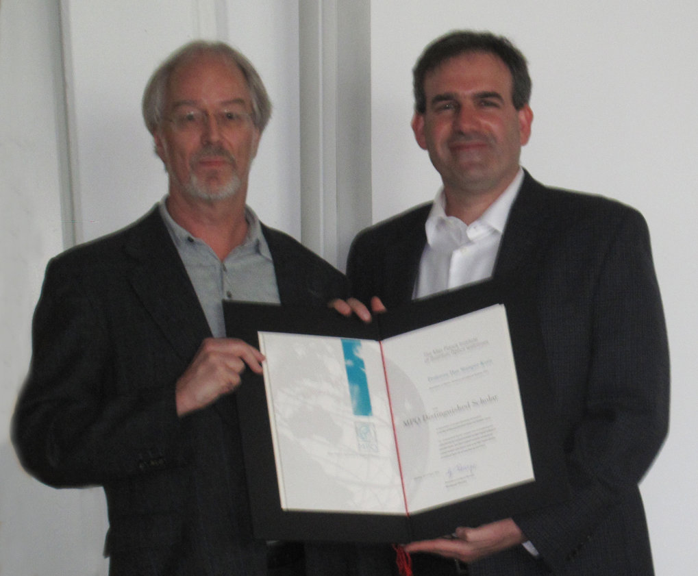 <em>From left to right: Prof. Gerhard Rempe and Prof. Dan Stamper-Kurn with the certificate.</em>