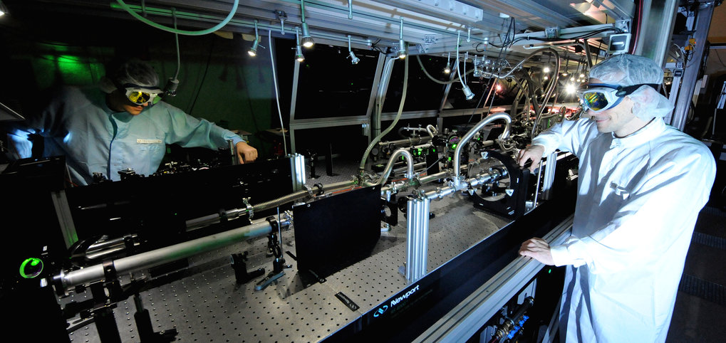 With extremely intense laser pulses, the international team of laser physicists generates fast electrons, which in turn emit attosecond light flashes as plasma levels.