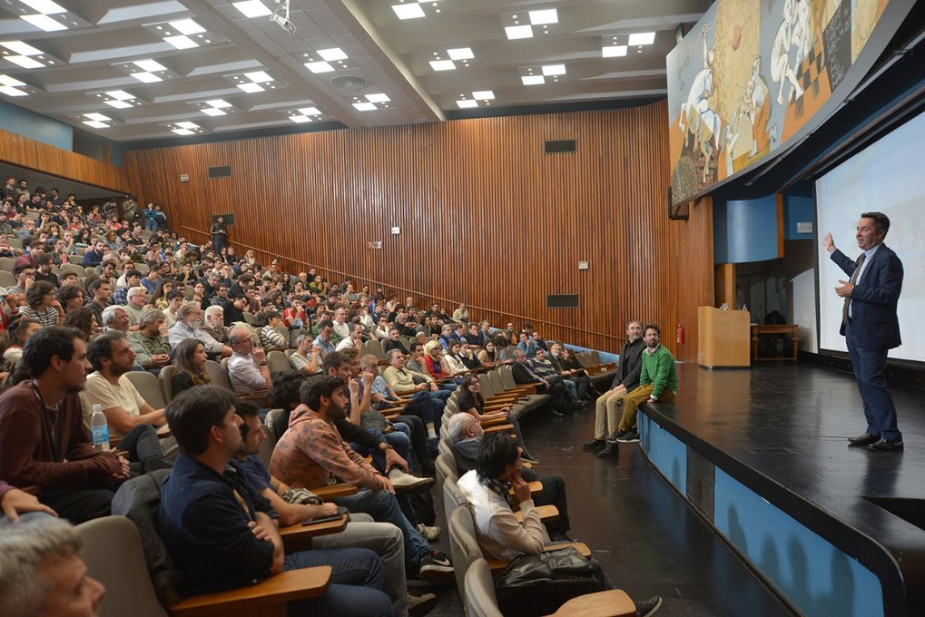 Day of the Quanta at the UBA - Ignacio Cirac holding a popular scientific lecture about the history of quantum physics, from Schroedinger's cat to quantum computers.